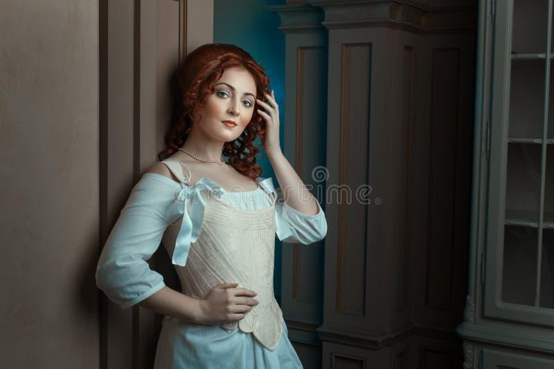 Flicka i retro klänningflörtblickar royaltyfri foto