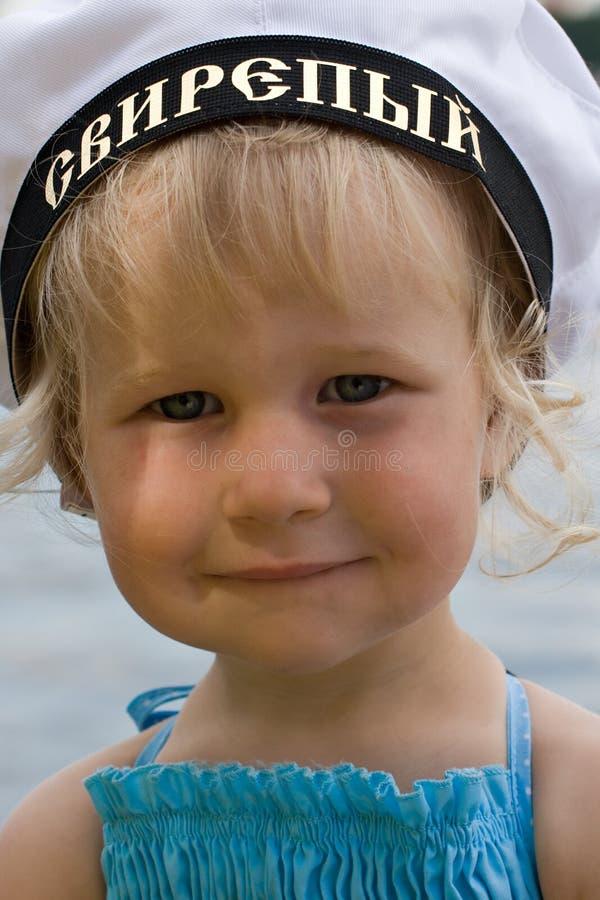 Flicka i rysk sjömanhatt royaltyfri bild