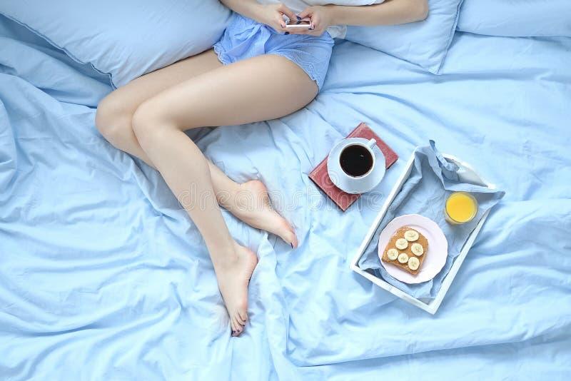 Flicka i säng arkivbild