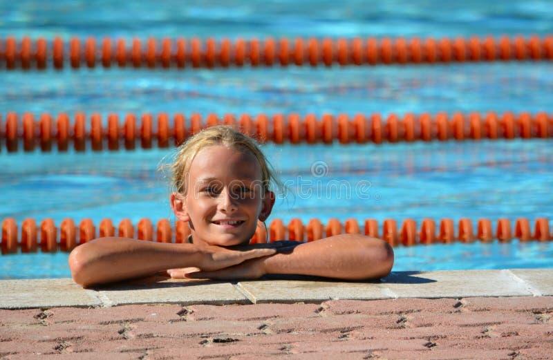 Flicka i simbassäng royaltyfri foto