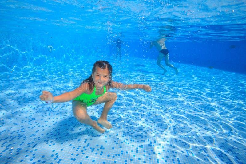 Flicka i simbassäng royaltyfria bilder