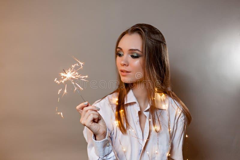 Flicka i skjortaleenden med tomteblosset arkivfoto