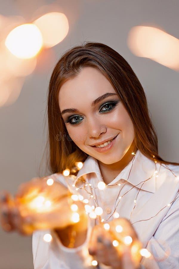 Flicka i skjortaleenden med tomteblosset royaltyfria foton