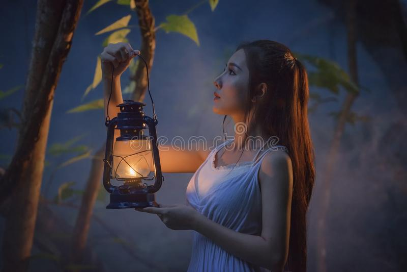 Flicka i skog royaltyfri fotografi