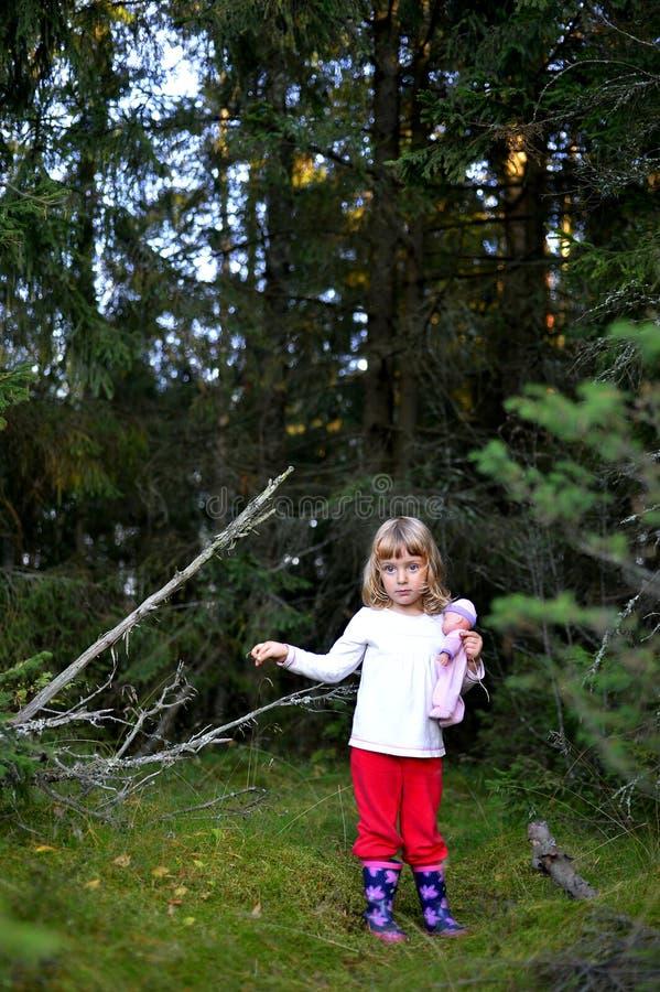Flicka i skogen arkivbilder