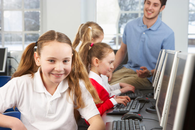 Flicka i skolagrupp som ler till kameran royaltyfri fotografi