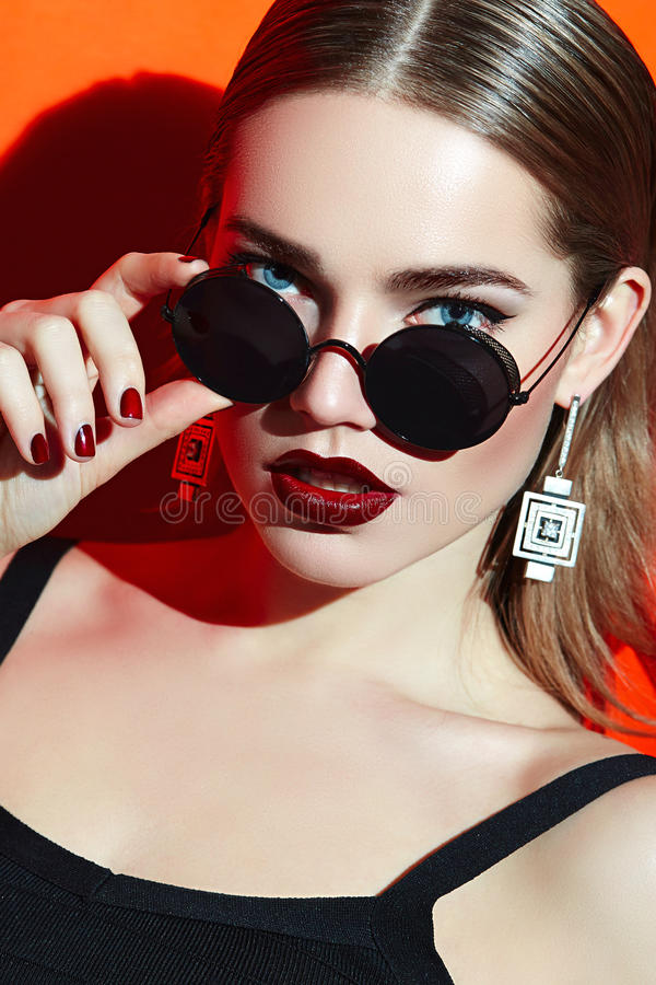 Flicka i solglasögon arkivbild