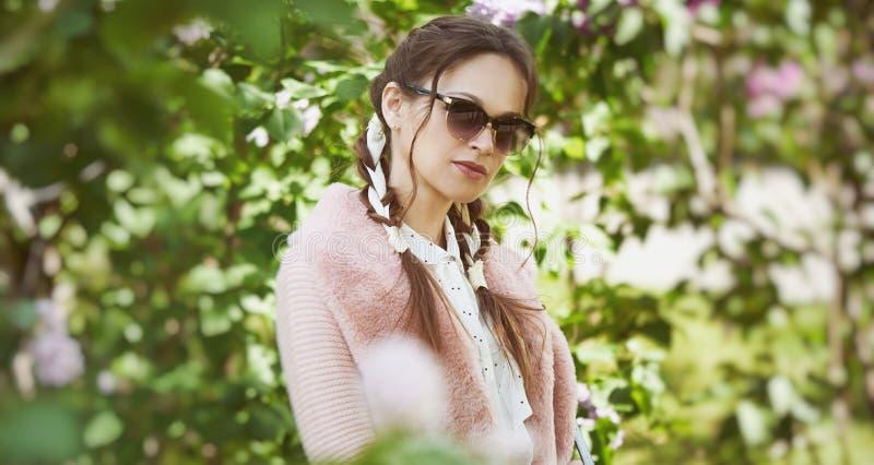 flicka i solglasögon utomhus porträtt arkivfoton