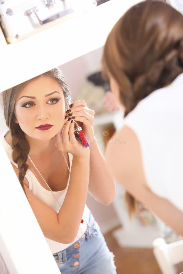 Flicka i spegeln arkivfoton