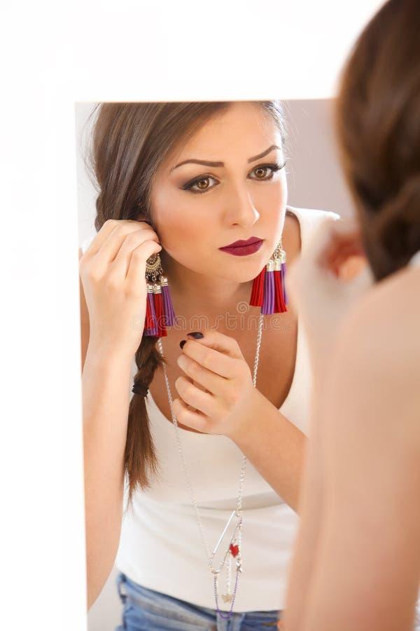 Flicka i spegeln fotografering för bildbyråer