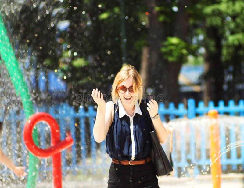 Flicka i springbrunn arkivfoton
