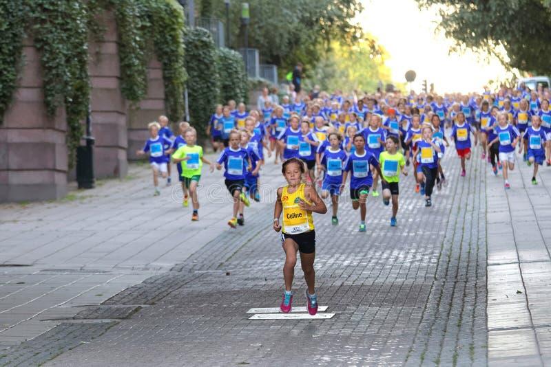 Flicka i täten som följs av springkonkurrenter royaltyfri foto