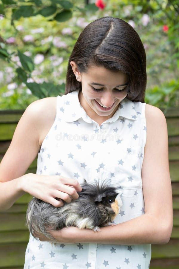 Flicka i trädgårds- sköta älsklings- försökskanin royaltyfria bilder