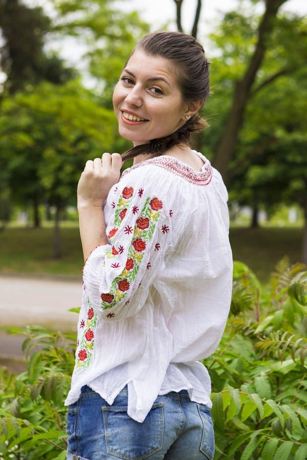 Flicka i traditionell rumänsk blus royaltyfri foto