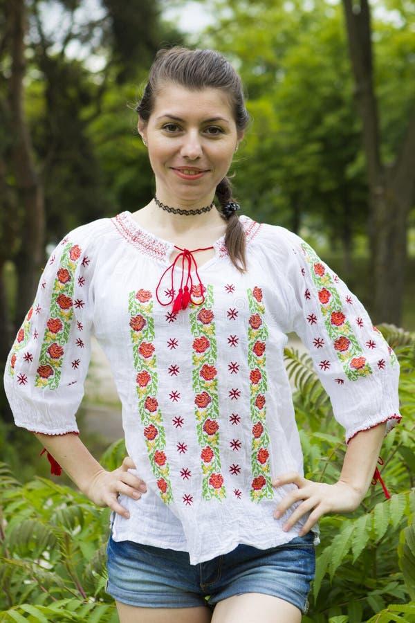 Flicka i traditionell rumänsk blus arkivfoto