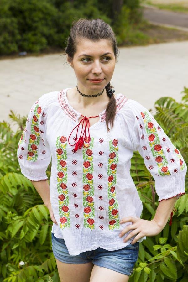 Flicka i traditionell rumänsk blus arkivfoton