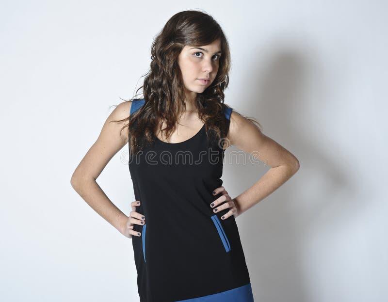 Flicka i trendig klänning royaltyfri foto