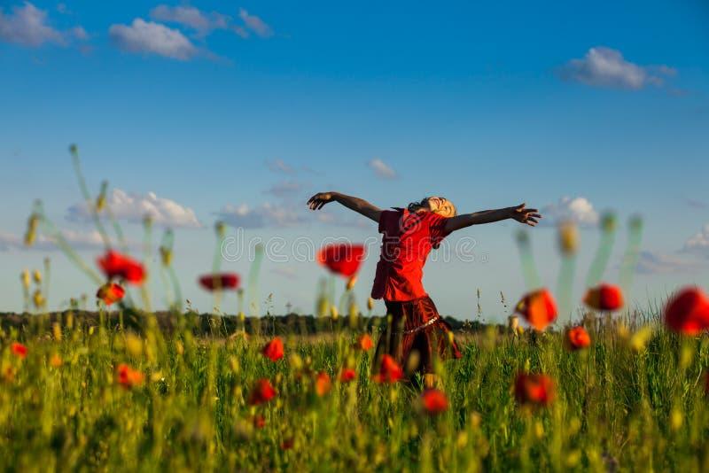 Flicka i vallmo fotografering för bildbyråer