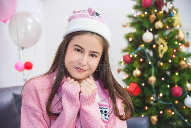 Flicka i vinterdräkt som ler i julparti arkivbilder