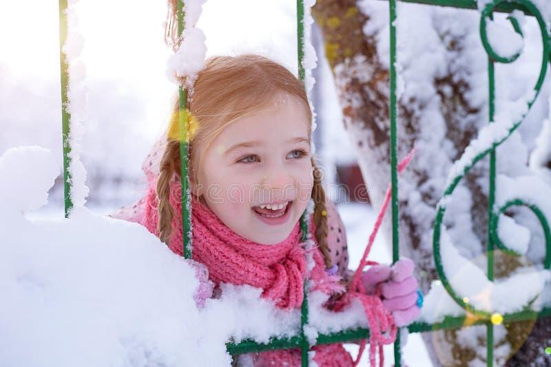 Flicka i vintern i solen royaltyfri foto