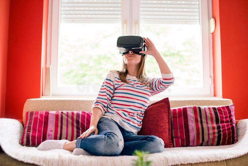 Flicka i virtuell verklighetvärld royaltyfria foton