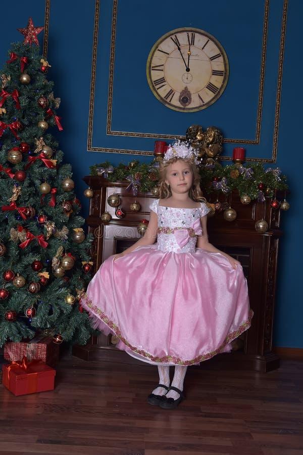 flicka i vit med en rosa klänning i jul royaltyfri fotografi