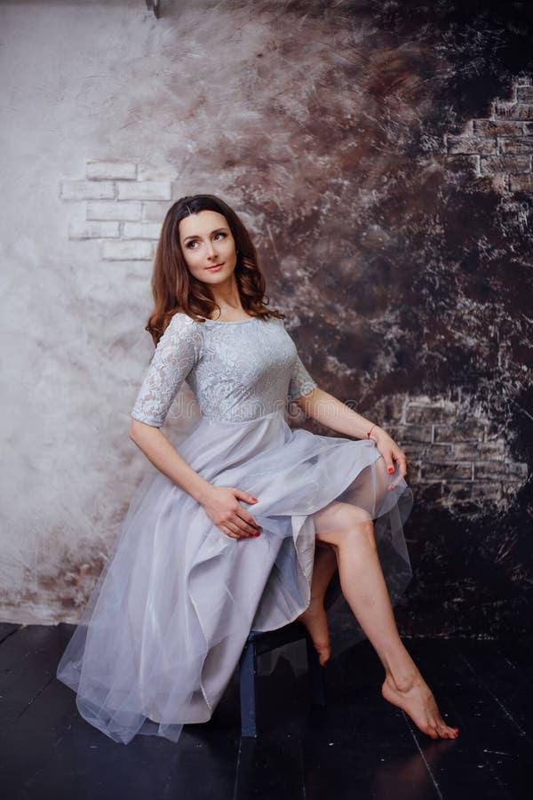 Flicka i vitklänning royaltyfri bild