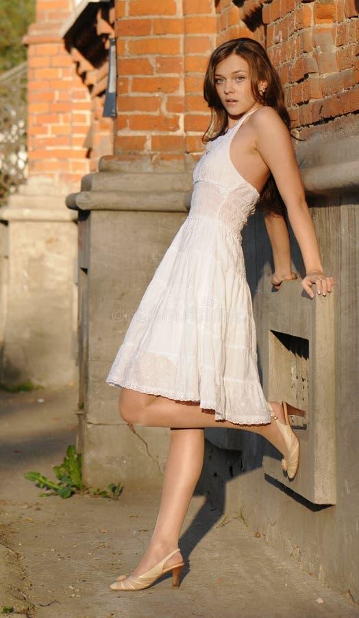 Flicka i white arkivfoto