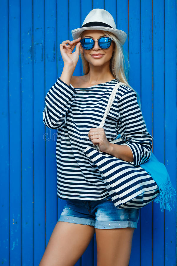 Flicka - kapten i sexig sjömanT-tröja arkivbilder