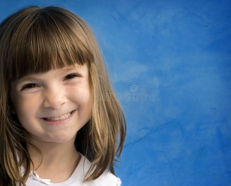 flicka little älskvärt nätt leende arkivfoto