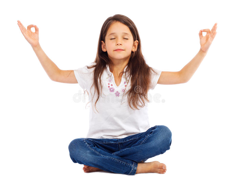 flicka little övande yoga arkivfoto