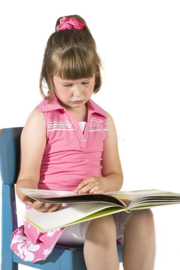 flicka little avläsning royaltyfri bild
