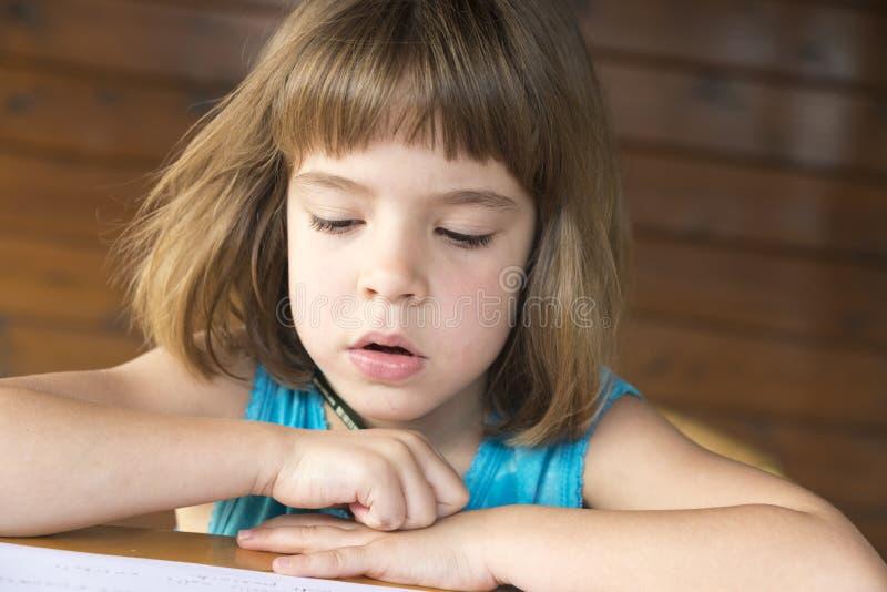 flicka little avläsning royaltyfria foton