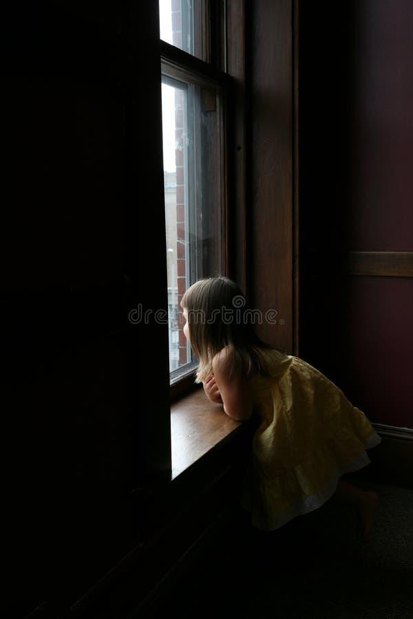 flicka little fönster royaltyfri bild