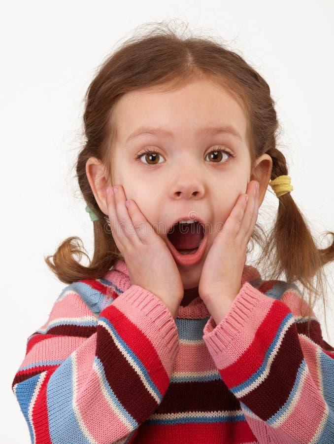 flicka little förvånad stående arkivbild