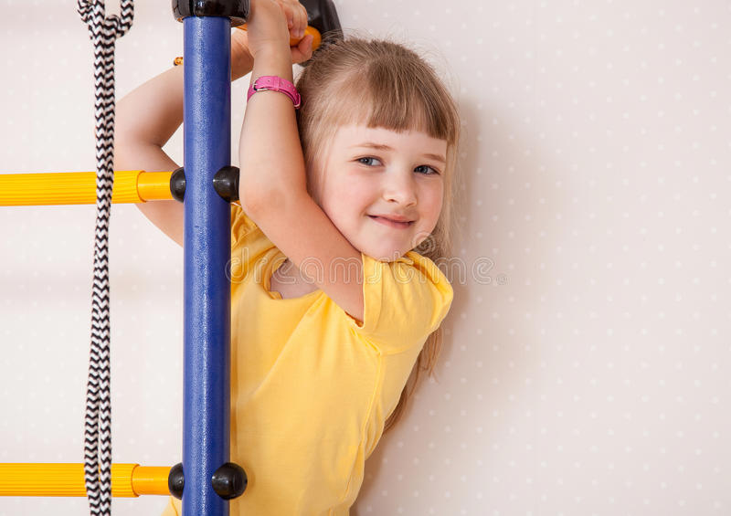 flicka little le för stående royaltyfria foton