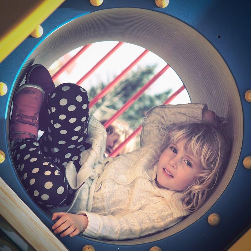 flicka little leka för lekplats fotografering för bildbyråer