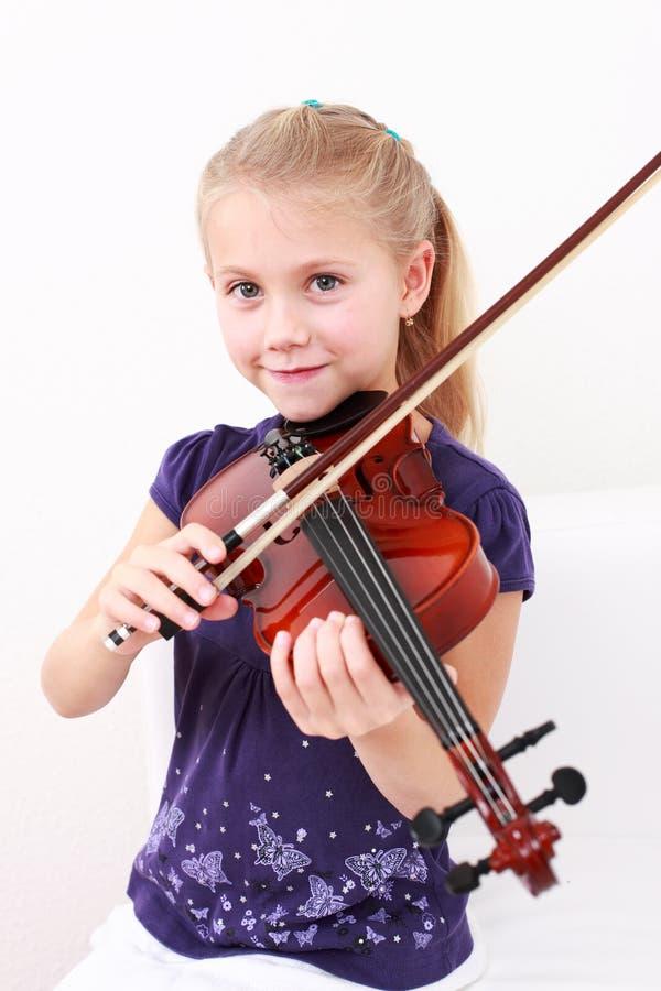 flicka little leka fiol royaltyfria bilder
