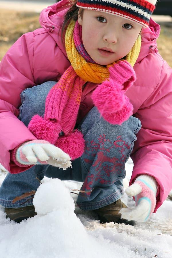 flicka little leka snow royaltyfri fotografi