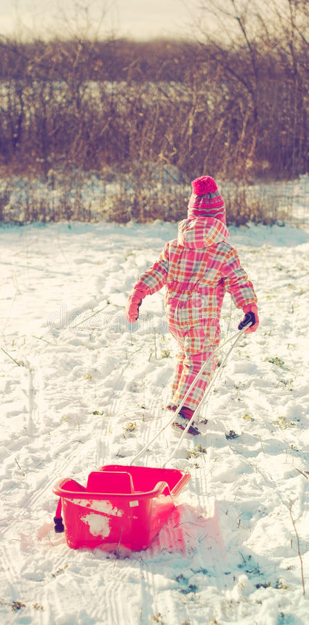 flicka little leka snow fotografering för bildbyråer