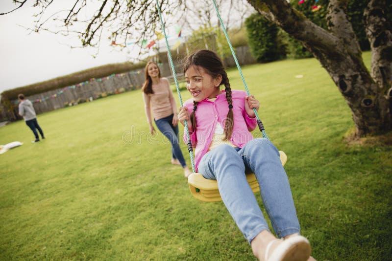 flicka little leka swing arkivbild