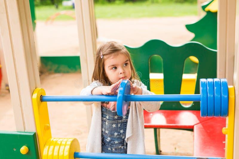 flicka little lekplats Barn som utomhus spelar i sommar royaltyfri foto