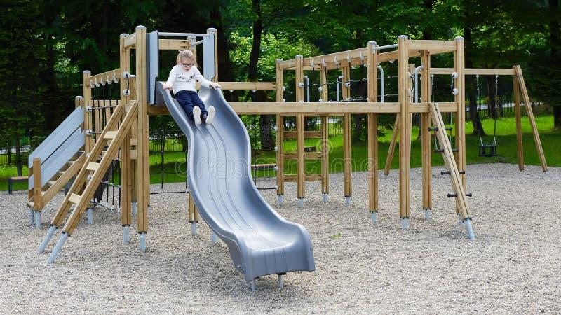flicka little lekplats Barn som utomhus spelar i sommar Ungelek på skolgård royaltyfri fotografi