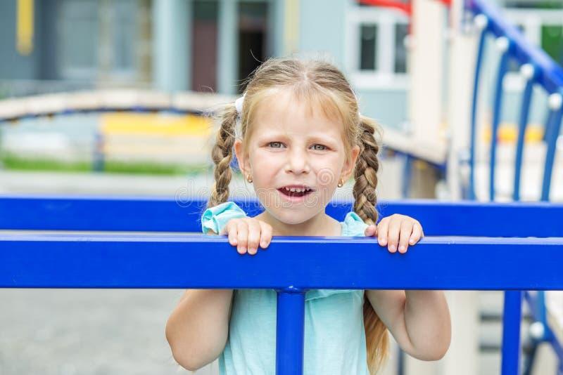 flicka little lekplats Begreppet av barndom, livsstil, uppfostran, dagis royaltyfri foto
