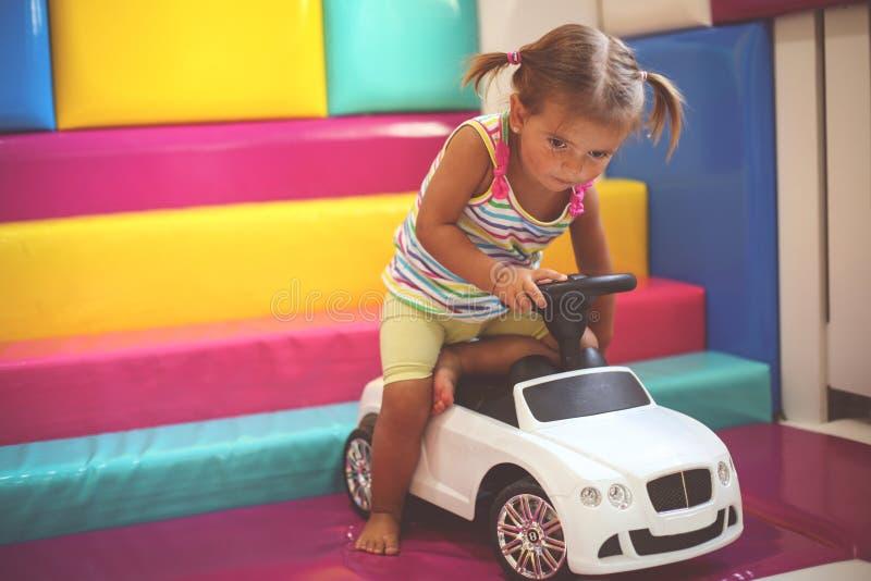 flicka little lekplats Bil för liten flickateckningsbarn arkivbild