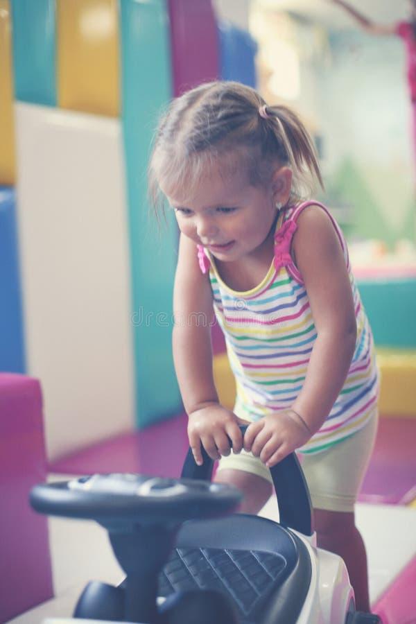 flicka little lekplats Bil för liten flickateckningsbarn royaltyfria foton