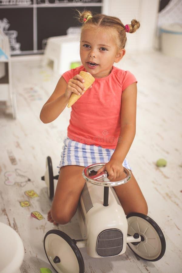 flicka little lekplats Bil för liten flickateckningsbarn och arkivfoto