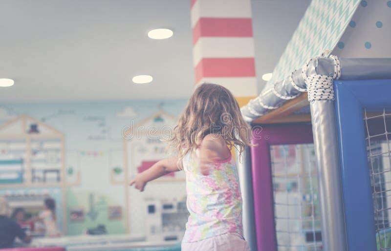 flicka little lekplats Caucasian lycklig flicka med öppna armar t arkivbild