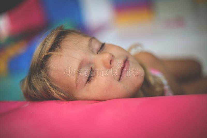 flicka little lekplats Caucasian flicka som drömmer i lekrum royaltyfri foto