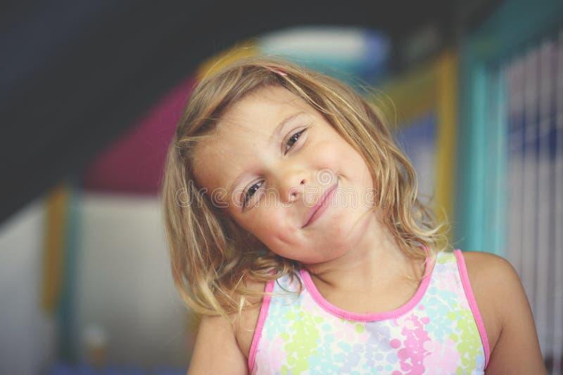 flicka little lekplats Caucasian flicka som ser kameran arkivfoto